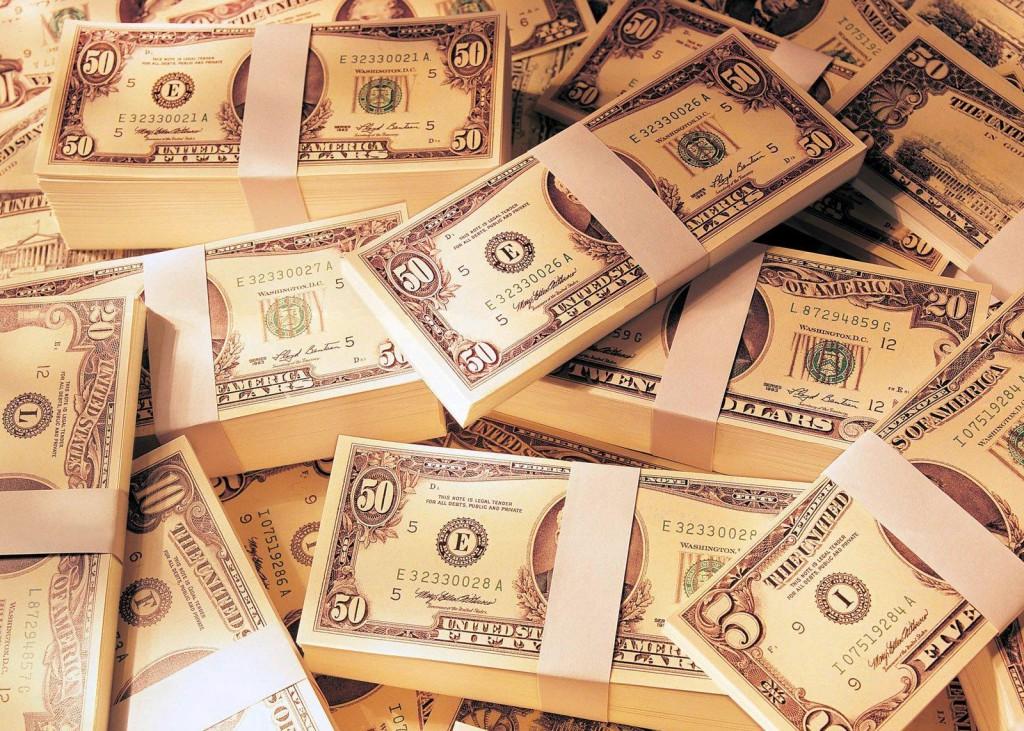 Деньги пачками, доллары.