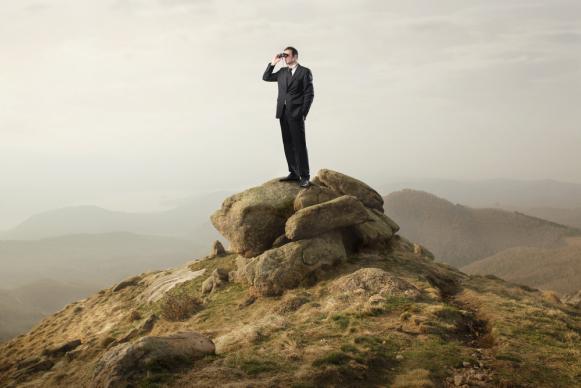 Человек ищет партнеров в МЛМ бизнес.