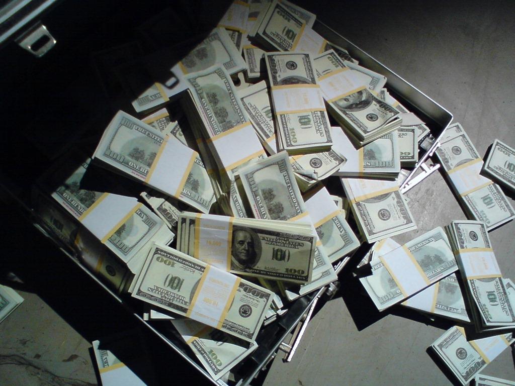 Деньги пачками, куча денег.