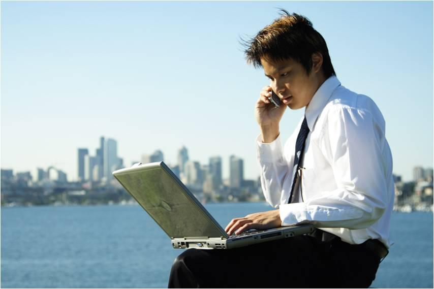 Бизнесмен с ноутбуком - МЛМ бизнес.