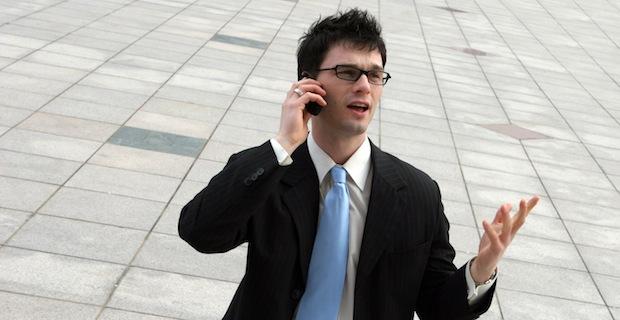 Бизнесмен говорит по телефону.
